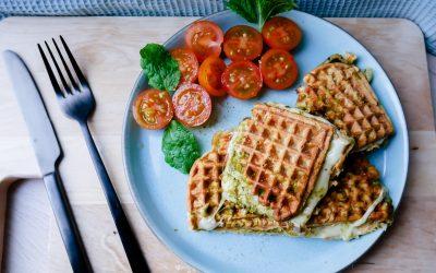 Grov vaffeltoast med pesto og tomater