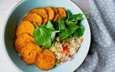 Couscous salat med chillimarinerte søtpotetchips