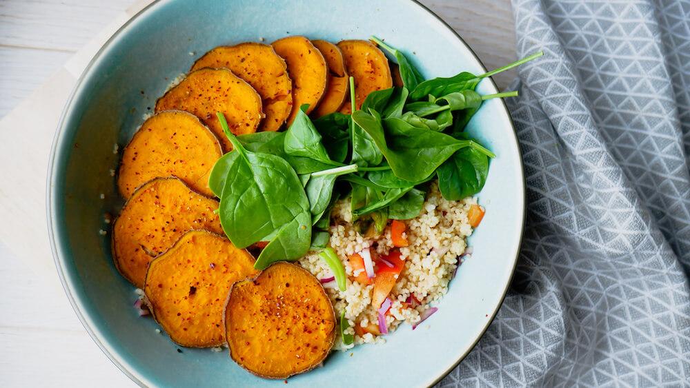 Frisk og sunn couscous salat med chillimarinert søtpotet chips