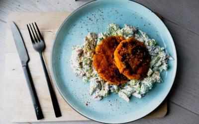 Sommermat – Søtpotetburger med brokkolisalat
