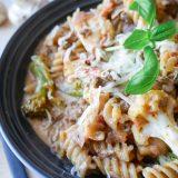 Deilig pastagryte med kjøttdeig og grønnsaker i tomatsaus
