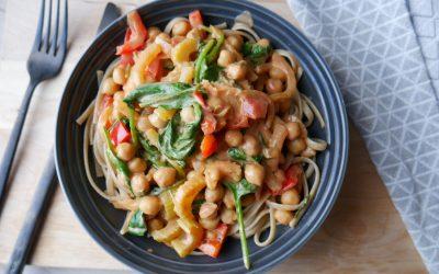 Fullkornspasta med kremet tomatsaus og kikerter