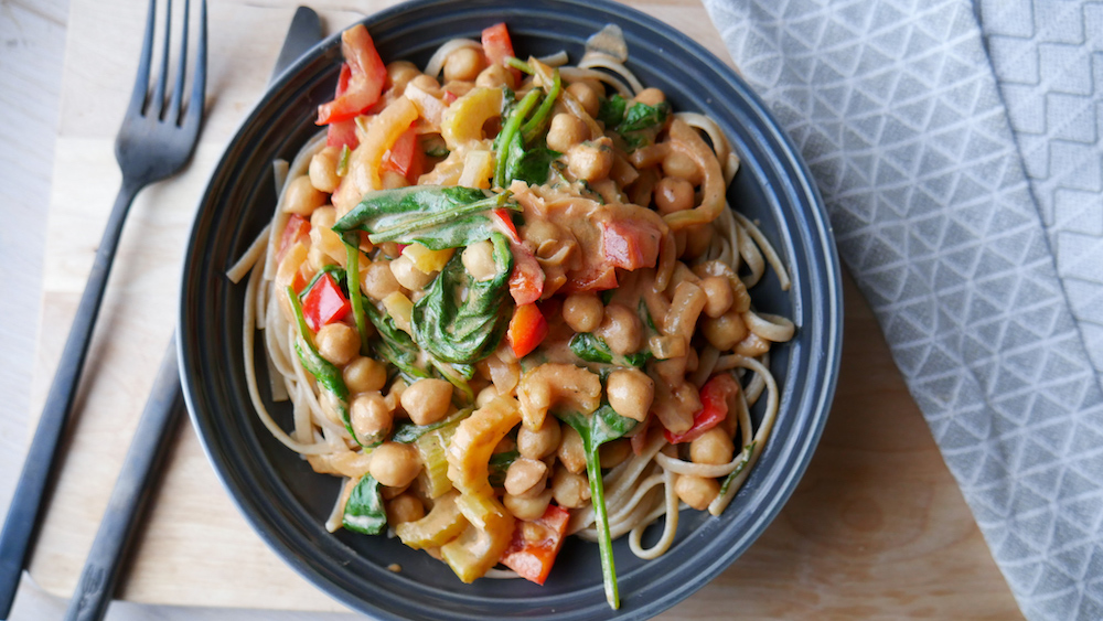 Deilig vegetarpasta med kremet tomatsaus og kikerter
