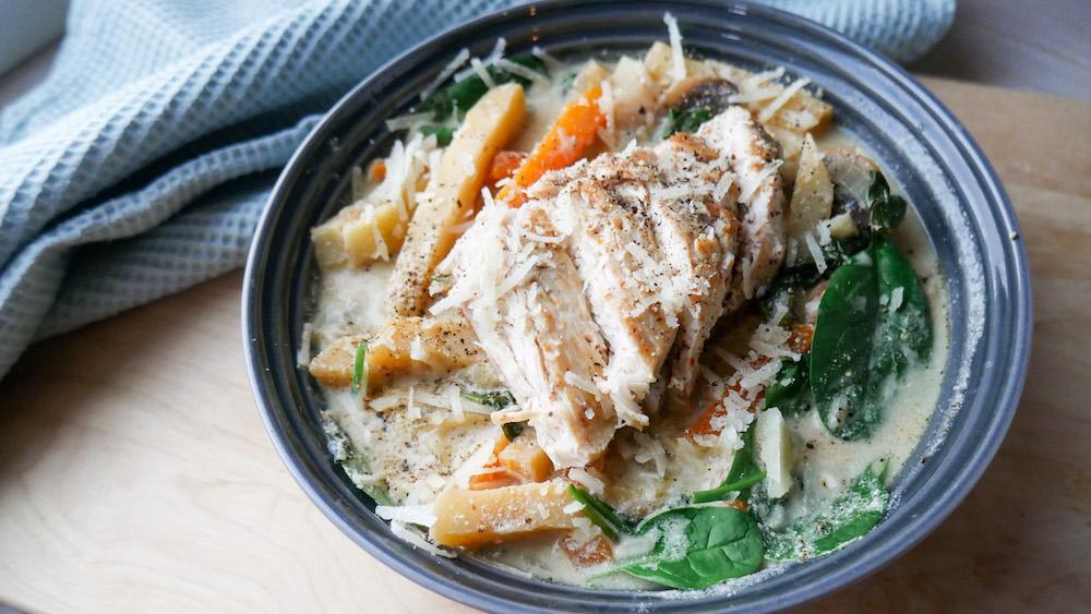 Rik og kremet kylling og rotgrønnsaker i soppsaus