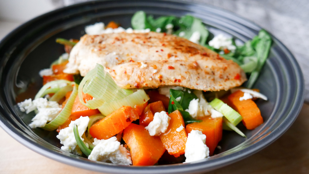 Lun salat med kylling og søtpotet