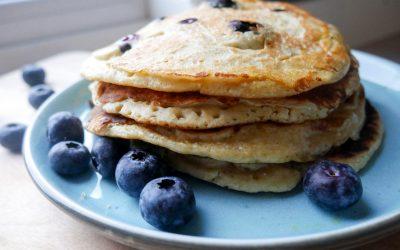 Sunne, amerikanske pannekaker med banan og blåbær