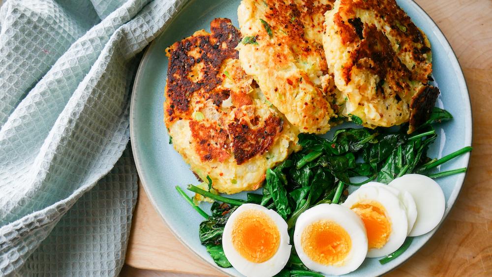 Potetkaker med egg og spinat