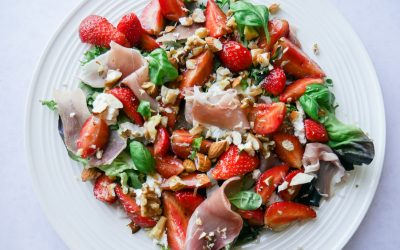 Spekeskinkesalat med jordbær og nøtter