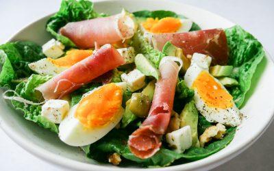 Salat med spekeskinke, egg og avokado